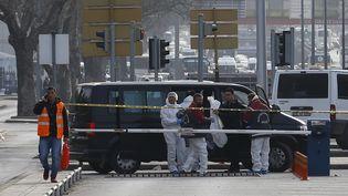 Des enquêteurs sur le site de l'explosion à la voiture piégée à Ankara, en Turquie, le 18 février 2016. (UMIT BEKTAS / REUTERS)