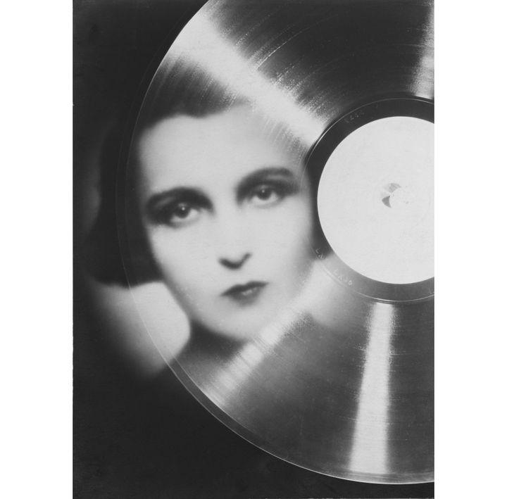 """François Kollar, Etude publicitaire pour """"Magic Phono"""", portrait de Marie Bell en photomontage, 1930, donation François Kollar  (Médiathèque de l'architecture et du patrimoine, Charenton-le-Pont)"""