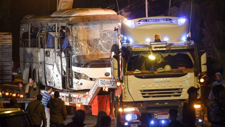 Le bus de touristes qui a été la cible d'une attaque meurtrière àGizeh (Egypte), le 28 décembre 2018. (MOHAMED EL-SHAHED / AFP)