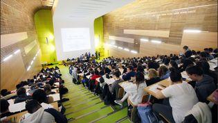 Des étudiants suivent un cours de médecine dans une faculté de Paris. (LUC NOBOUT / MAXPPP)