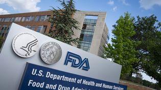 La façade du bâtiment de l'Agence américaine des médicaments (FDA) à White Oak (Maryland) aux Etats-Unis, qui a autorisé le traitement de la société Regeneron samedi 21 novembre 2020. (SARAH SILBIGER / GETTY IMAGES NORTH AMERICA / AFP)
