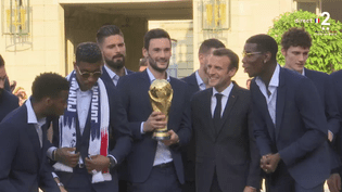 Les Bleus ont été reçus par Emmanuel Macron à l'Elysée, lundi 16 juillet. (FRANCE 2)