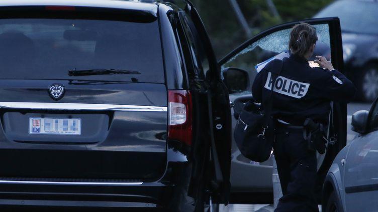 Un officier de police sur la scène de la fusillade devant un hôpital de Nice (Alpes-Maritimes), le 6 mai 2014. (VALERY HACHE / AFP)