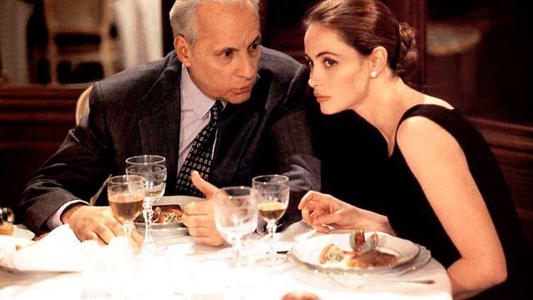"""Emmanuelle Béart et Michel Serrault, dans """"Nelly et monsieur Arnaud"""", de Claude Sautet, en 1995. (LES FILMS ALAIN SARDE)"""