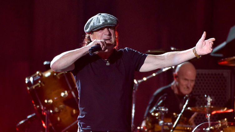 AC/DC aux Grammy Awards le 8 février 2015 à Los Angeles :Brian Johnson (vocal) et le nouveau batteur Chris Slader qui était dans la formation au début des années 1990
