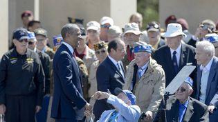 Le président américain Barack Obama plaisantant avec des vétérans lors des cérémonies du 70e anniversaire du Débarquement en 2014. (DAVID ADEMAS / OUEST-FRANCE / MAXPPP)