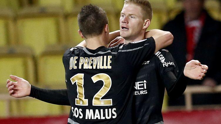 L'attaquant de Reims, Nicolas de Préville, en train de féliciter son coéquipier et buteur contre Monaco, Gaétan Charbonnier. (VALERY HACHE / AFP)