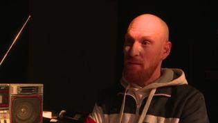 Le rappeur Barbarossa dans son studio d'enregistrement à Toulouse. (FRANCEINFO)