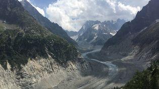 La mer de glace au-dessus de Chamonix (Haute-Savoie), perd 12 cm d'épaisseur de glace par jour à cause du réchauffement climatique. (JUSTINE LECLERCQ / RADIO FRANCE)