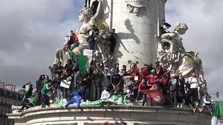 Environ deux mille manifestants, se sont réunis sur la place de la République, dans le centre de Paris, dans une atmosphère bon enfant. (GILLES GALLINARO / RADIO FRANCE)