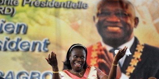 Le 15 janvier 2011 à Abidjan, en Côte d'Ivoire, Simone Gbagbo devant les militants de son époux, Laurent Gbagbo. (ISSOUF SANOGO / AFP)