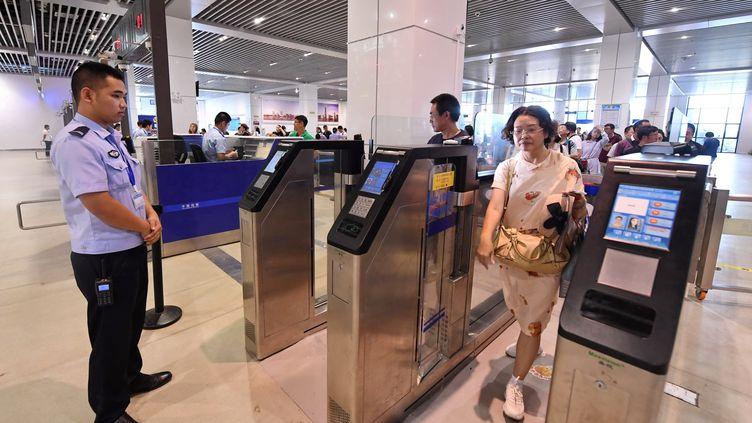 Des touristes chinois s'apprêtent àembarquer pour Taiwan, le 26 juillet 2019, à l'aéroport de Pingtang. (LIN SHANCHUAN / XINHUA / AFP)
