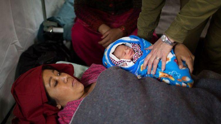 Premier bébé mis au monde dans cet hôpital de campagne israélien, à Katmandou, le 30 avril 2015. (MENAHEM KAHANA / AFP )