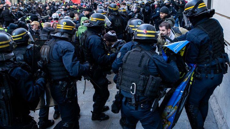 """Altercations entre des manifestants et des membres des forces de l'ordre, lors du 62e samedi de mobilisation des """"gilets jaunes"""", le 18 janvier 2020 à Paris. (JEROME GILLES / NURPHOTO)"""