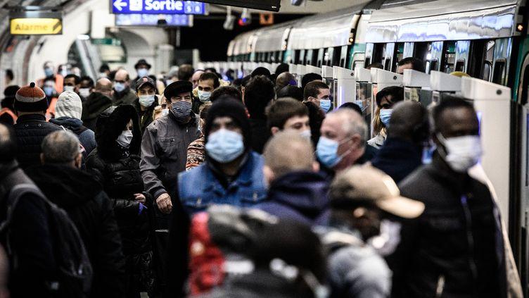 La ligne 13 du métro parisien, bondée malgré le coronavirus, le 14 mai 2020. (PHILIPPE LOPEZ / AFP)