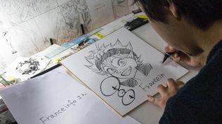 """Yûki Tabata, l'auteur deu manga """"Black Clover"""" dédicace un dessin à franceinfo à Tokyo (Japon), le 6 avril 2018. (ELODIE DROUARD / FRANCEINFO)"""