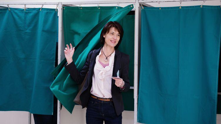 La candidate du Front national à Tarascon (Bouches-du-Rhône), Valérie Laupies, sort de l'isoloir, le 23 mars 2014. Elle est arrivée en tête du premier tour. (BERTRAND LANGLOIS / AFP)