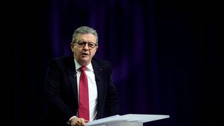Jean-Luc Mélenchon prononce un discours lors d'une convention à Reims, le 17 octobre 2021. (FRANCOIS NASCIMBENI / AFP)