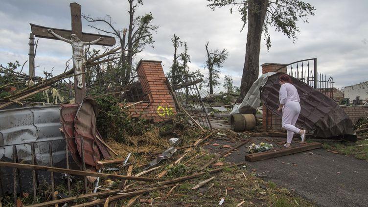 Un cimetière endommagé par la tornade qui a frappé la République tchèque, le 24 juin 2021. (MICHAL CIZEK / AFP)