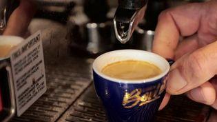 """""""Mille cafés"""" est une initiative rurale, et dont l'objectif est de redynamiser les petites communes délaissées, celles où les lieux de vie ont souvent disparu. Objectif : rouvrir les espaces de convivialité. (FRANCE 2)"""
