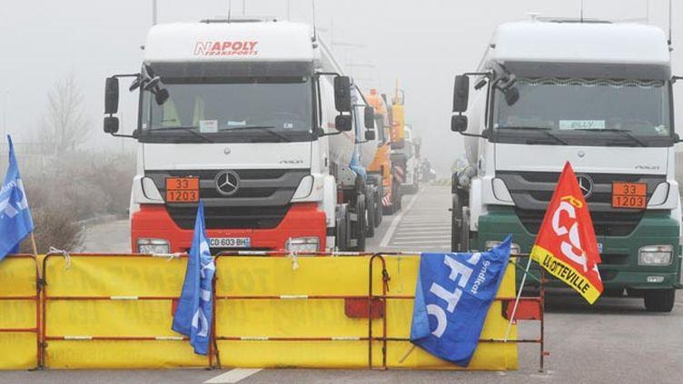 (Alors que la grève sur les salaires s'enlise, l'intersyndicale des routiers demande l'intervention du Premier ministre © MaxPPP)