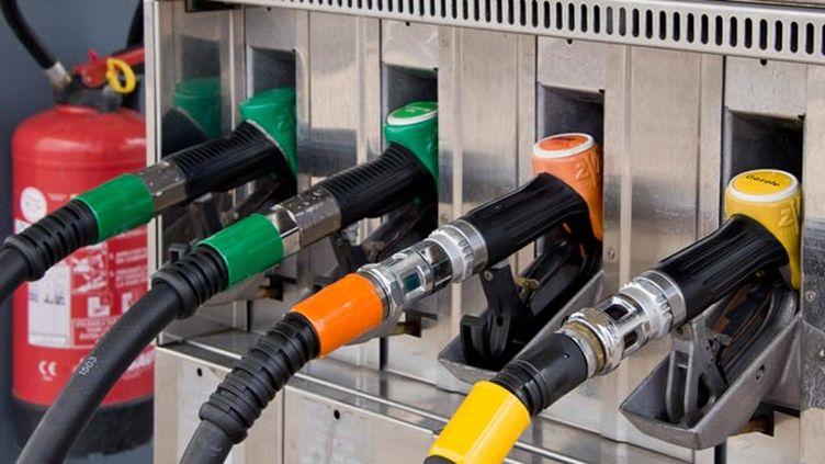 (Les prix bas de carburants, une bonne nouvelle pour les automobilistes © Fotolia - Delphotostock)