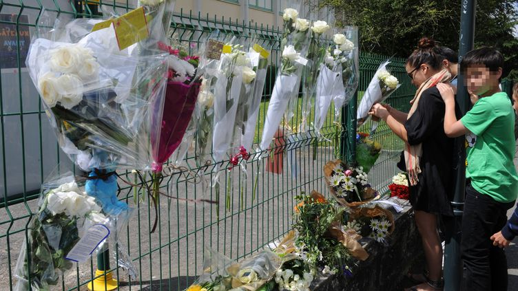 Des roses accrochées aux grilles du collège de Cleunay à Rennes le 23 juin 2012 (JEAN-FRANCOIS MONIER / AFP)