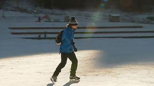 Un patineur sur le lac de Lamoura (Jura). (FRANCE 3)