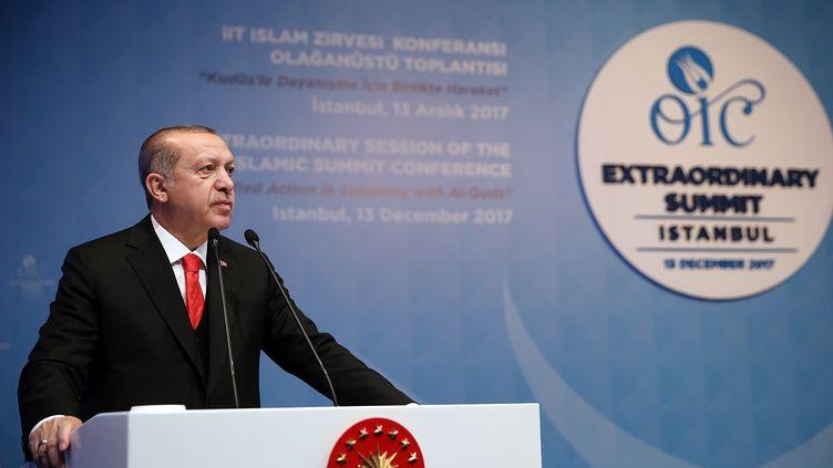Recep Tayyip Erdogans'exprime, le13 décembre 2017, lors de l'ouverture d'un sommet extraordinaire de l'Organisation de la coopération islamique (OCI) à Istanbul (Turquie). (YASIN BULBUL / TURKISH PRESIDENTIAL PRESS SERVI / AFP)