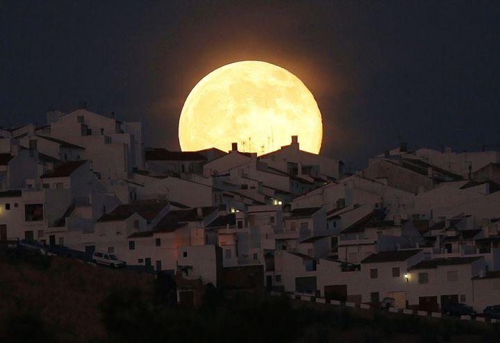 """La """"Super lune"""" brille au-dessus d'Olvera (Espagne), le 12 juillet 2014. (JON NAZCA / REUTERS)"""