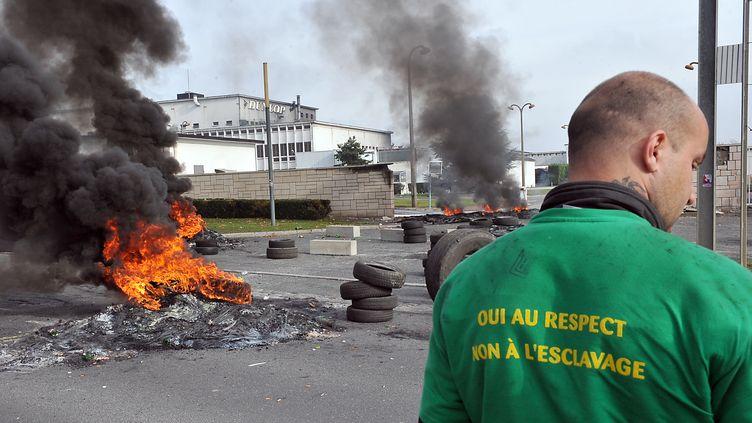 Un ouvrier manifestedevant l'usine Dunlop d'Amiens (Somme), le 29 octobre 2009. (PHILIPPE HUGUEN / AFP)