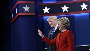Donald Trump et Hillary Clinton, candidats à la Maison Blanche, lors de leur premier débat en vue de l'élection présidentielle, à Hempstead (Etat de New York, Etats-Unis), le 26 septembre 2016. (MANDEL NGAN / AFP)