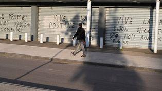 Des graffitis dans le quartier de Gresilles à Dijon (Côtes d'Or) qui a connu plusieurs nuits de violences après l'agression d'un jeune homme d'origine tchéchène, le 15 juin 2020 (photo d'illustration). (PHILIPPE DESMAZES / AFP)