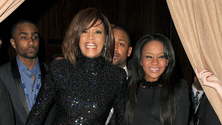 Bobbi kristina Brown et sa mère, Whitney Houston au pre-grammy gala, à Beverly Hills, le 12 février 2011.  (JASON MERRITT / GETTY IMAGES NORTH AMERICA / AFP)