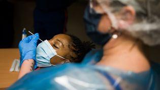 Une femme subit un test PCR, à Paris, le 23 septembre 2020. (NATHAN LAINE / HANS LUCAS / AFP)
