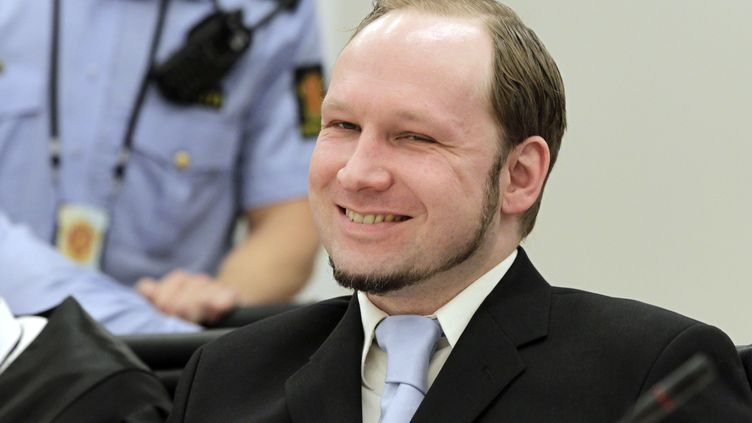 Anders Beiring Breivik sourit à ses juges, le 21 juin 2012 à Oslo (Norvège). (ROALD BERIT / SCANPIX / REUTERS)
