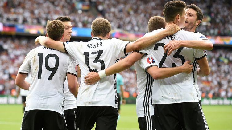 Les Allemands fêtent leur but victorieux contre l'Irlande du Nord en match de poules de l'Euro, le 21 juin 2016 au Parc des Princes, à Paris. (LIONEL BONAVENTURE / AFP)