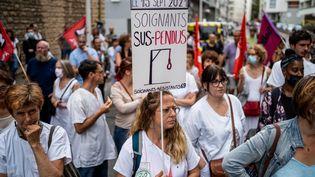 Manifestation du personnel soignant contre l'obligation vaccinale à Lyon, le 15 septembre 2021. (NICOLAS LIPONNE / HANS LUCAS / AFP)