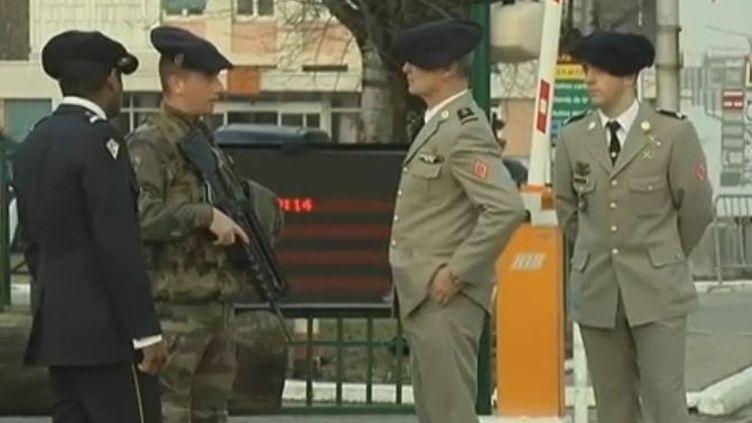 Des militaires du 93ème régiment d'artillerie installé à Vances (Isère), le 25 janvier 2012. (FTVi / France 2)