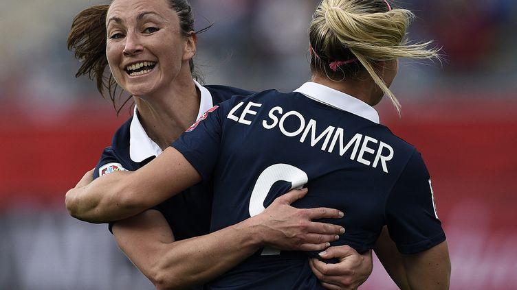 Gaëtane Thiney et Eugénie Le Sommer fêtent le but français (FRANCK FIFE / AFP)