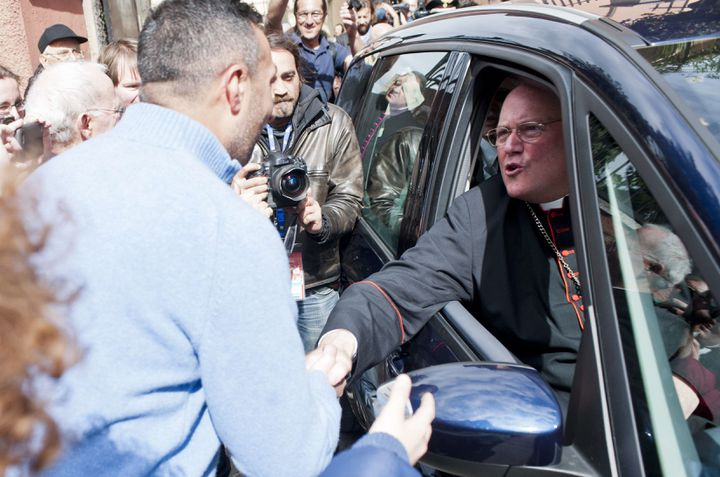 Le cardinal américainTimothy Michael Dolansalue la foule, le 10 mars 2013 à Rome (Italie). (AGF S.R.L / REX / SIPA )