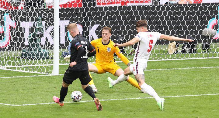 Jordan Pickford repousse la tentative de Timo Werner lors du huitième de finale entre l'Angleterre et l'Allemagne, le 29 juin (JURGEN FROMME / FIRO SPORTPHOTO)