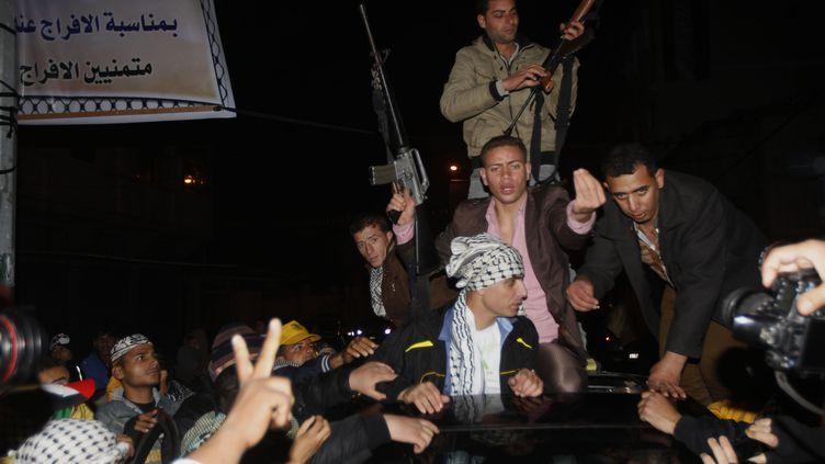 Des prisonniers palestiniens libérés par Israël sont portés en triomphe le 31 décembre 2013, àKhan Younès, dans le sud de la bande de Gaza. (SAID KHATIB / AFP)
