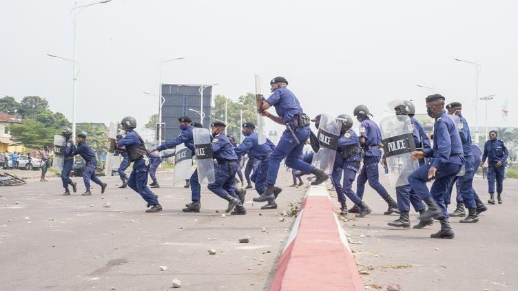 Des policiers font face à des manifestants qui s'opposaient à la nomination contestéed'un nouveau président à la tête de la Commission électorale en RDC (Ceni), le 9 juillet 2020.  (ARSENE MPIANA / AFP)
