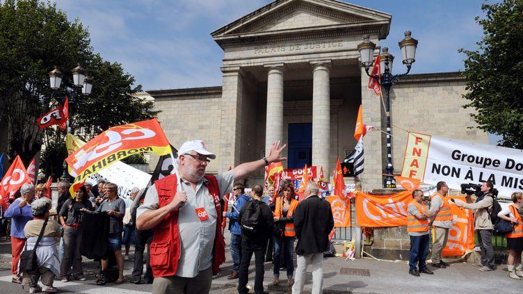 Des employés de Doux manifestent devant le tribunal de Quimper (Finistère), le 5 septembre 2012. (FRED TANNEAU / AFP)