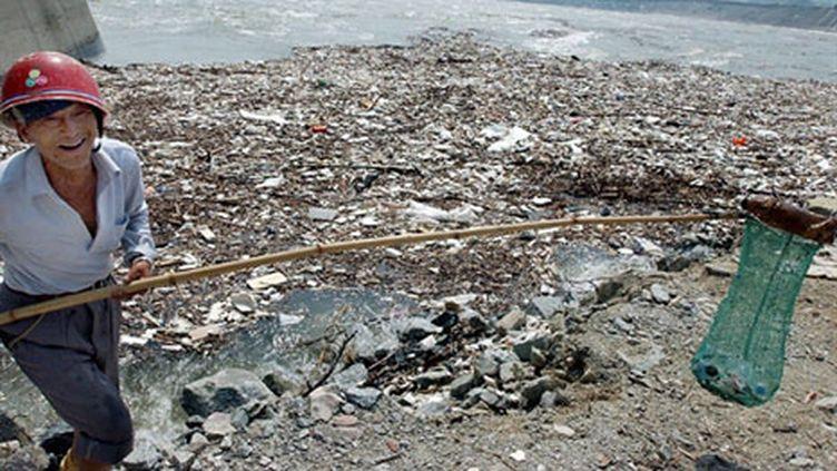 Près de trois tonnes de déchets sont ramassés quotidiennement autour du barrage (archives). (AFP PHOTO (CHINA OUT))