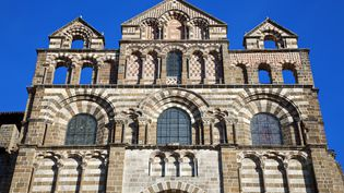 La route française du pélerinage vers Saint-Jacques-de-Compostelle est entrée au patrimoine de l'Unesco en 1998, pour ses nombreux monuments. La vedette ? Lacathédrale Notre-Dame du Puy-en-Velay. (SONNET SYLVAIN / HEMIS.FR / AFP)