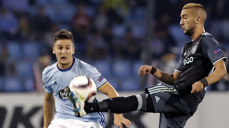 Le joueur de l'Ajax Hakim Ziyech face à Nemanja Radoja (Celta Vigo) (LAVANDEIRA JR / EFE)