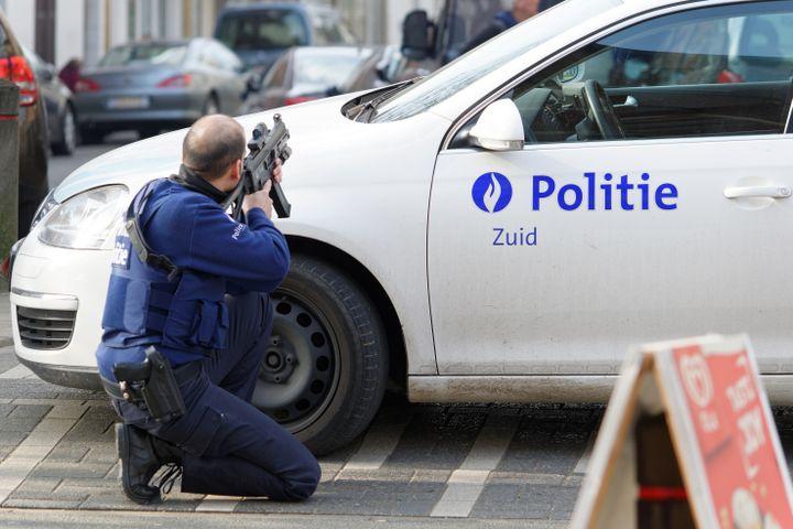 Un policier belge en poste à Forest, dans la banlieue de Bruxelles(Belgique), le 15 mars 2016, lors d'une opération anti-terroriste liée à l'enquête sur les attentats de Paris. (OLIVIER GOUALLEC / CITIZENSIDE / AFP)
