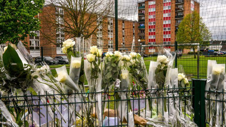 Des fleurs déposées pour rendre hommage à Angélique à Wambrechies (Nord), le 30 avril 2018. (PHILIPPE HUGUEN / AFP)